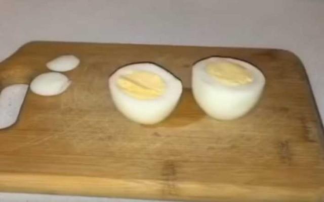 разрезаем яйцо