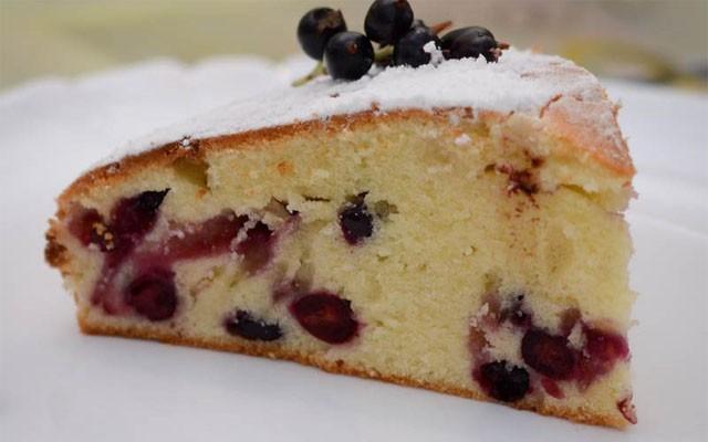 бисквитный пирог со смородиной