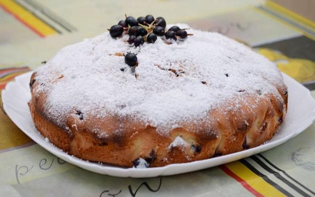готовый пирог со смородиной