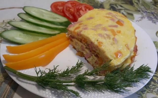 омлет с колбасой и овощами