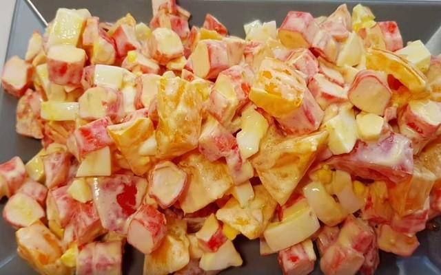 Простой рецепт салата с крабовыми палочками и помидорами