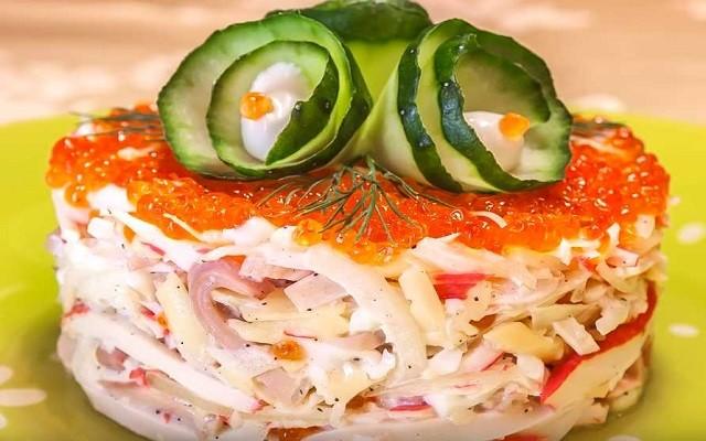 Праздничный салат с крабовыми палочками, кальмарами и красной икрой