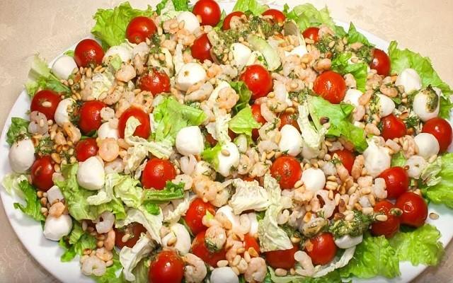 Праздничный салат с креветками, томатами-черри и сыром