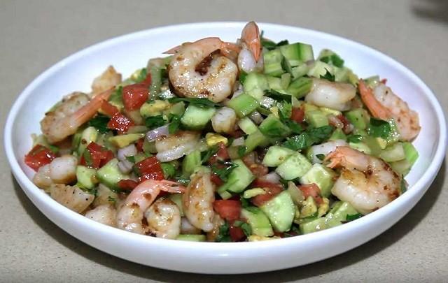 Праздничный салат с креветками и авокадо