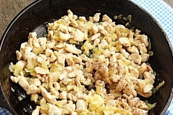 обжарить лук с курицей