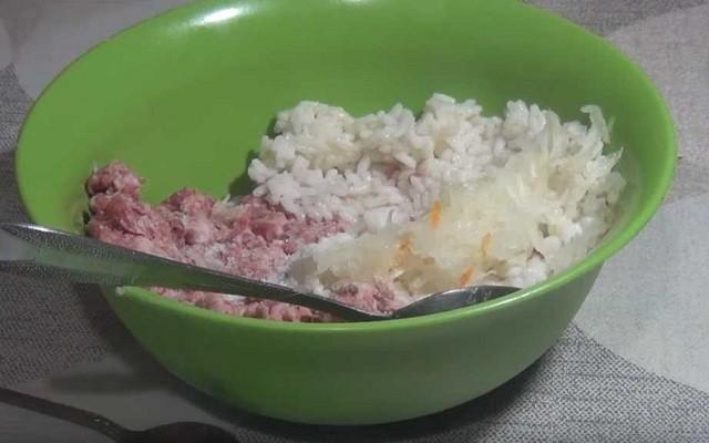 добавляем рис и лук
