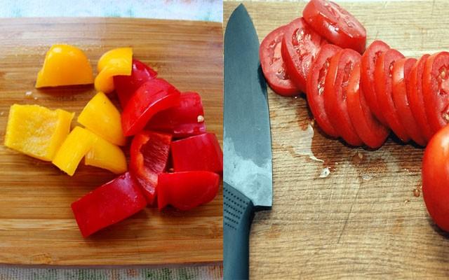 нарезать перец и томаты