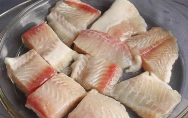 нарезать рыбу