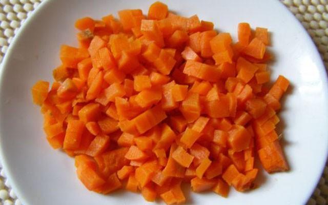 покрошить морковь