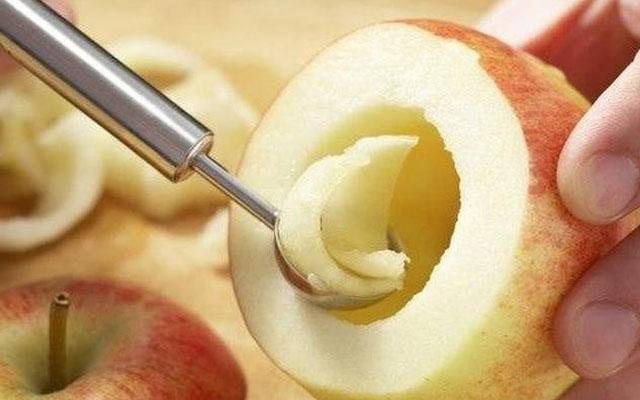 разрезать и убрать середину яблок