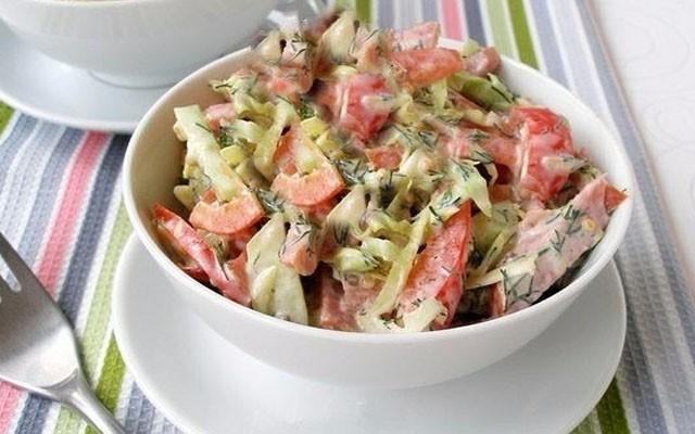 легкий салат из колбасы с овощами
