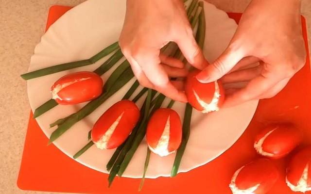 закладываем сыр в помидоры